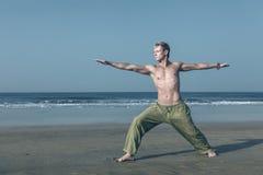 De mens die in strijder mediteren stelt Stock Afbeeldingen