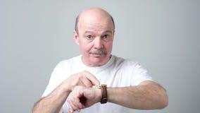 De mens die tijd op zijn horloge tonen die u is laat zeggen stock videobeelden