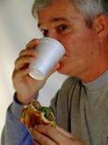 De Mens die van Boomer van de baby hamburger eet Royalty-vrije Stock Fotografie
