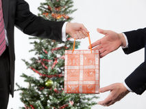 De mens die van Businees Kerstmis huidig maakt Stock Foto's