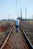 De mens die van de blonde op de sporen loopt Royalty-vrije Stock Fotografie