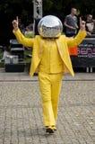 De Mens die van de discobal in de straat dansen royalty-vrije stock afbeelding