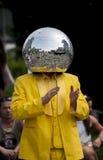De Mens die van de discobal in de straat dansen Stock Foto