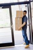 De mens die van de levering zorgvuldig stapel dozen draagt royalty-vrije stock foto's