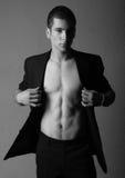 De mens die van de macho naakte borst toont stock foto's