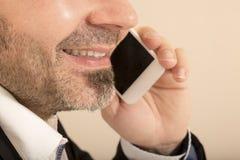 De mens die van het arbeidersbureau op de mobiele telefoon spreken Royalty-vrije Stock Foto's