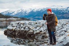 De mens die van de reisfotograaf aardvideo van berglandschap nemen Professionele videographer op avonturenvakantie royalty-vrije stock fotografie
