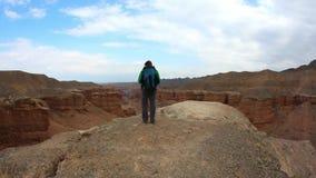 De mens die van de reistoerist selfie video nemen die in Zion Park Mountains Canyon, Utah, de V.S. wandelen Hij die en geniet van stock video