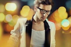 De mens die van SAM modieuze glazen dragen Royalty-vrije Stock Afbeelding