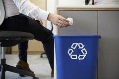De mens die verknoeid document laten vallen in het recycling van bak, sluit omhoog royalty-vrije stock afbeelding