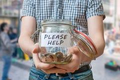 De mens die zich op straat bevinden vraagt om hulp De mens bedelt voor geld stock foto's