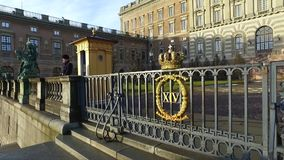 De mens dient als Paleis van Wachtat the royal in Stockholm, Zweden stock video