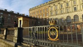 De mens dient als Paleis van Wachtat the royal in Stockholm, Zweden stock videobeelden