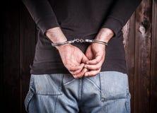 De mens dient handcuffs in stock afbeelding