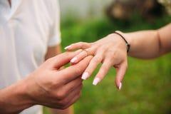 De mens doet een marrigevoorstel aan een meisje Geeft haar een ring voor de overeenkomst Close-uphanden Stock Foto's