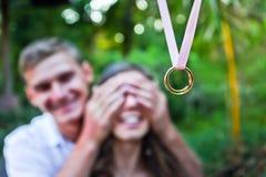 De mens doet een voorstel aan zijn meisje royalty-vrije stock afbeelding