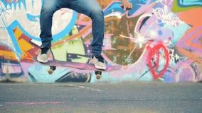 De mens doet stunts met een skateboard, langzame motie stock footage