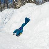 De mens dompelde zijn hoofd in de sneeuw onder Royalty-vrije Stock Afbeeldingen