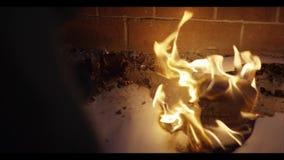 De mens dooft brand gebruikend voet Mens die een kampvuur doven stock video
