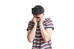 De mens draagt 3D virtuele werkelijkheidshoofdtelefoon en is doen schrikken van iets Royalty-vrije Stock Foto's