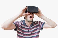 De mens draagt 3D virtuele werkelijkheidshoofdtelefoon en is gefascineerd royalty-vrije stock foto's