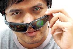 De mens draagt een paar futuristische slimme glazen Royalty-vrije Stock Afbeelding