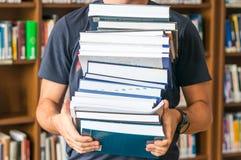 De mens draagt het boek Stock Foto's