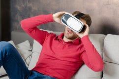 De mens draagt virtuele werkelijkheidsglazen met binnen smartphone Royalty-vrije Stock Afbeeldingen