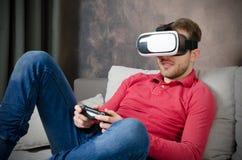 De mens draagt virtuele werkelijkheidsglazen met binnen smartphone Stock Foto's