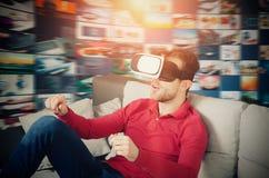De mens draagt virtuele werkelijkheidsglazen met binnen smartphone Stock Afbeeldingen