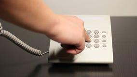 De mens draait een telefoonaantal stock video