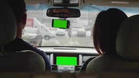 De mens drijft auto, is de vrouw op passagierszetel het paar gaat van stad uit Achter mening stock videobeelden