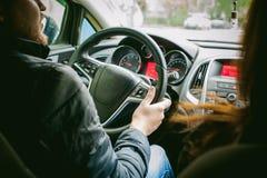 De mens drijft een auto Royalty-vrije Stock Foto