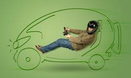 De mens drijft een eco friendy elektrische hand getrokken auto stock foto's