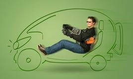 De mens drijft een eco friendy elektrische hand getrokken auto Stock Fotografie