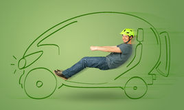 De mens drijft een eco friendy elektrische hand getrokken auto Royalty-vrije Stock Foto