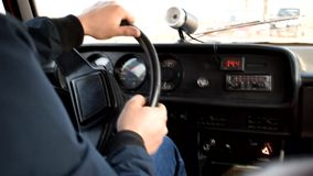 De mens drijft een oude auto stock video