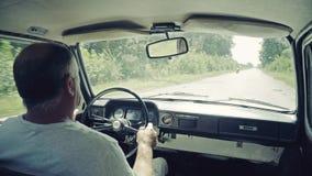 De mens drijft een Oude Sovjetauto ZAZ Zaporozhets 968 stock footage