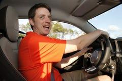 De mens drijft excitedly auto stock foto's