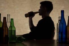 De mens drinkt alcohol stock foto