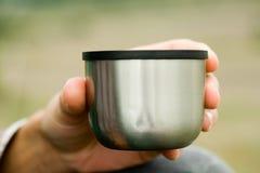 De mens drinkt thee van een thermosfles Royalty-vrije Stock Afbeelding