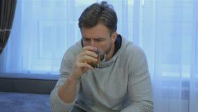 De mens drinkt thuis thee stock footage
