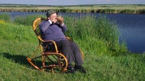 De mens drinkt water met teugen stock video