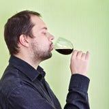 De mens drinkt Wijn Stock Afbeeldingen