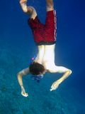 De mens duikt binnen diep Royalty-vrije Stock Foto