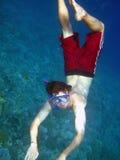 De mens duikt in diep blauw Stock Fotografie