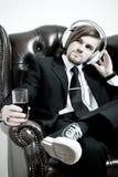 De mens in een kostuum luistert aan de muziek royalty-vrije stock foto's