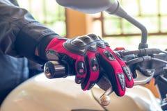 De mens in een Motorfiets met handschoenen is een belangrijke beschermende doek stock fotografie