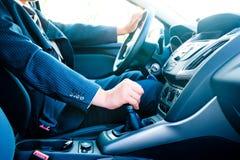 De mens in een pak in de auto verandert toestel stock afbeeldingen