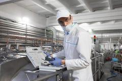 De mens in een witte robe en een GLB maken van apparaat vormen stock afbeelding